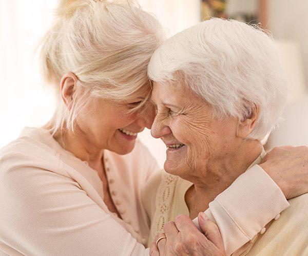 Mère âgée et fille ensemble
